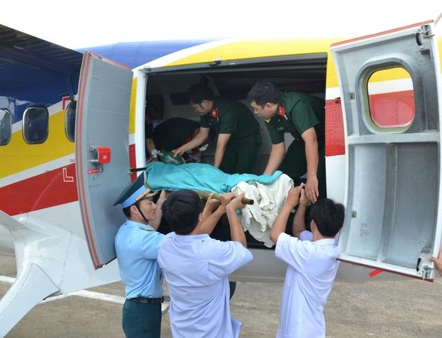 Một chuyến bay đưa bệnh nhân từ đảo Trường Sa Lớn đáp xuống sân bay Tân Sơn Nhất.