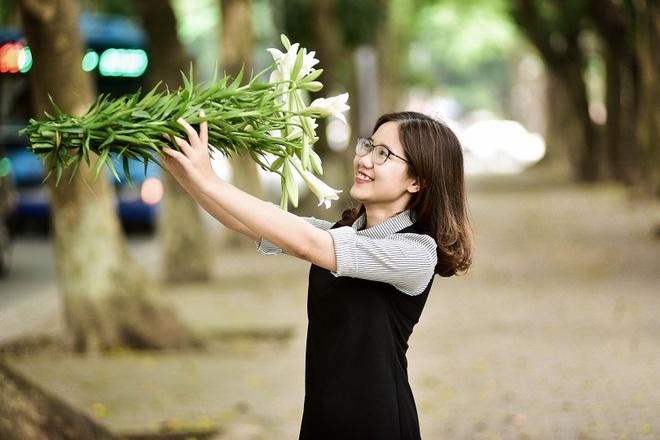 Tháng tư về, hoa loa kèn tinh khôi xuống phố Hà Nội - 17