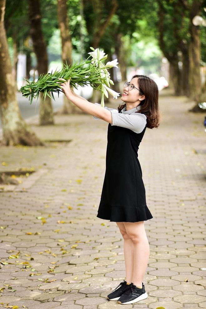 Tháng tư về, hoa loa kèn tinh khôi xuống phố Hà Nội - 19