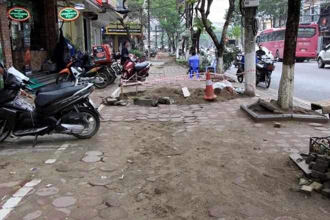 Hình ảnh các vỉa hè Hà Nội được thay mới bằng gạch vân đá - 11