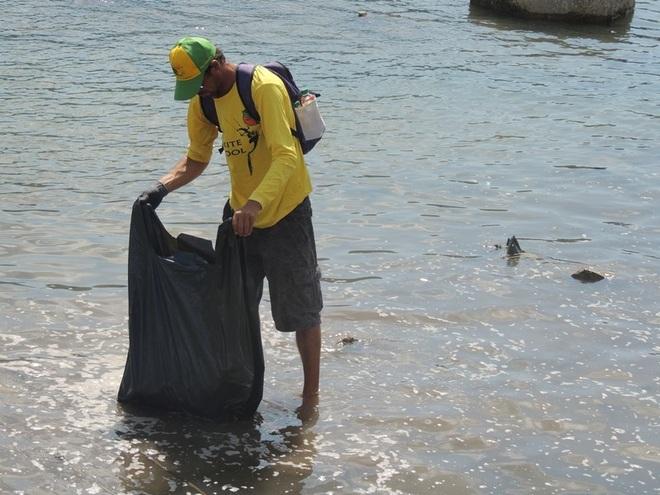 """Bạn trẻ Ninh Thuận hưởng ứng trào lưu """"thách thức dọn rác"""" - 16"""