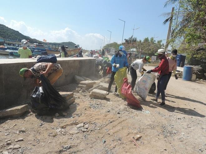 """Bạn trẻ Ninh Thuận hưởng ứng trào lưu """"thách thức dọn rác"""" - 19"""