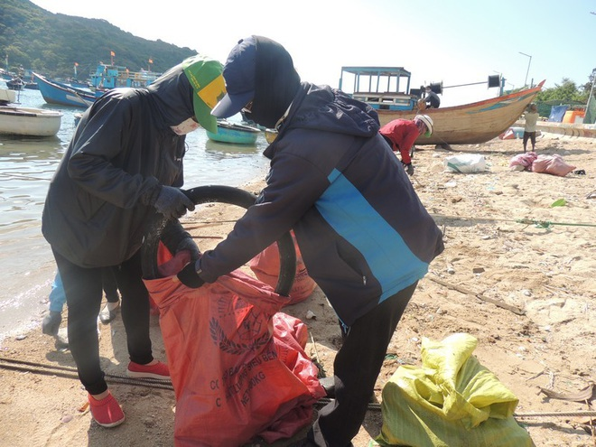 """Bạn trẻ Ninh Thuận hưởng ứng trào lưu """"thách thức dọn rác"""" - 2"""