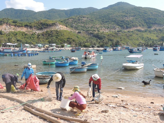 """Bạn trẻ Ninh Thuận hưởng ứng trào lưu """"thách thức dọn rác"""" - 6"""