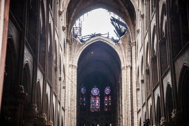 Bộ ảnh lột tả sức tàn phá của bão lửa tại Nhà thờ Đức Bà - 16