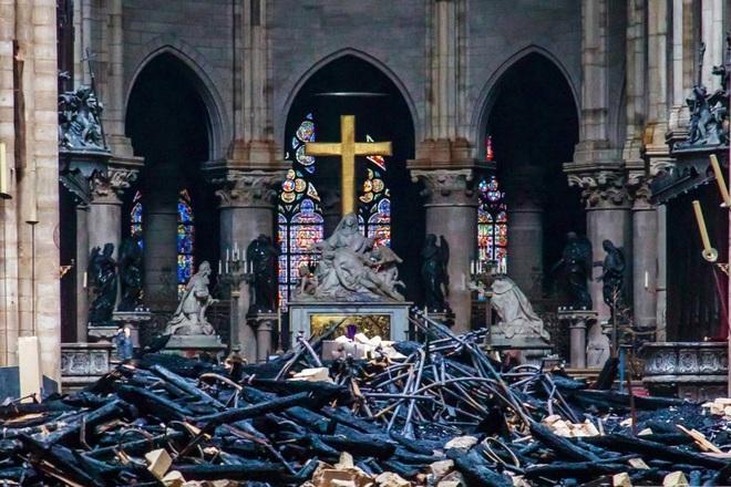Bộ ảnh lột tả sức tàn phá của bão lửa tại Nhà thờ Đức Bà - 20