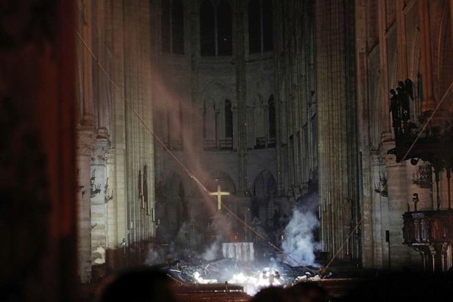 Bộ ảnh lột tả sức tàn phá của bão lửa tại Nhà thờ Đức Bà - 26