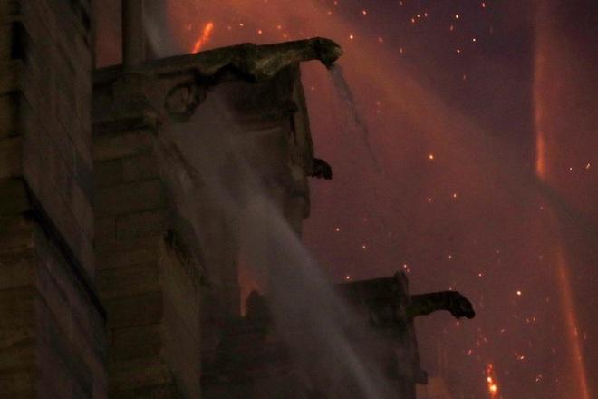 Bộ ảnh lột tả sức tàn phá của bão lửa tại Nhà thờ Đức Bà - 24