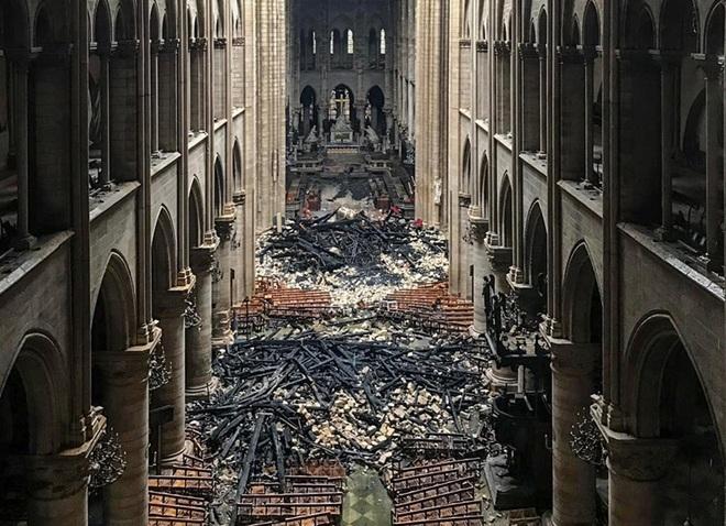 Bộ ảnh lột tả sức tàn phá của bão lửa tại Nhà thờ Đức Bà - 14