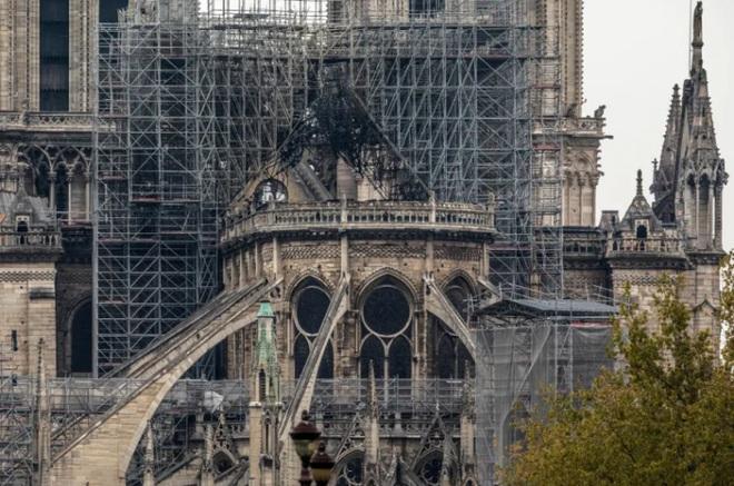 Bộ ảnh lột tả sức tàn phá của bão lửa tại Nhà thờ Đức Bà - 12