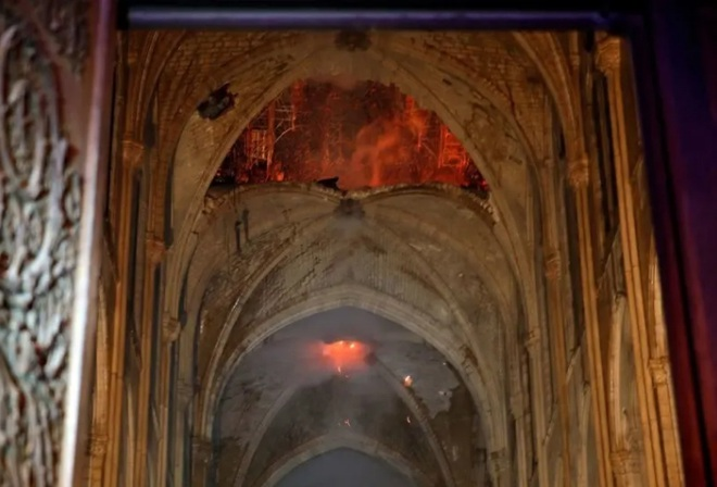 Bộ ảnh lột tả sức tàn phá của bão lửa tại Nhà thờ Đức Bà - 18