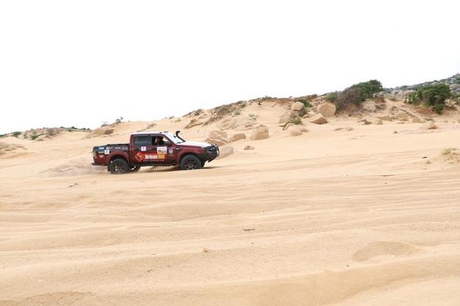 """Dịp lễ, các """"tay chơi"""" đổ xô về Ninh Thuận đua ô tô trên cát - 8"""