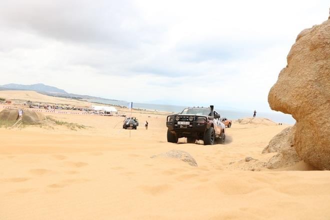 """Dịp lễ, các """"tay chơi"""" đổ xô về Ninh Thuận đua ô tô trên cát - 7"""