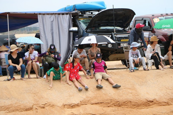 """Dịp lễ, các """"tay chơi"""" đổ xô về Ninh Thuận đua ô tô trên cát - 2"""