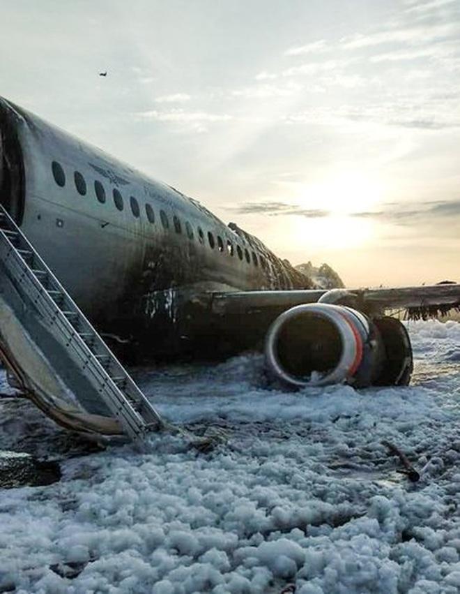 Máy bay Nga nằm trơ khung cháy đen tại hiện trường tai nạn - 12