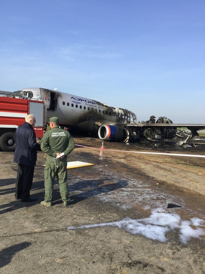 Máy bay Nga nằm trơ khung cháy đen tại hiện trường tai nạn - 11