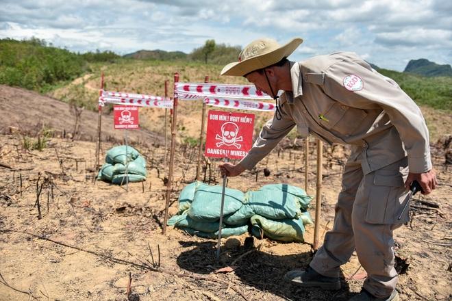 Đại sứ Mỹ tự tay phá hủy bom mìn còn sót lại sau chiến tranh tại Quảng Trị - 12