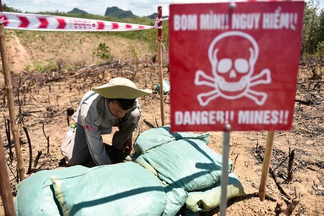 Đại sứ Mỹ tự tay phá hủy bom mìn còn sót lại sau chiến tranh tại Quảng Trị - 13