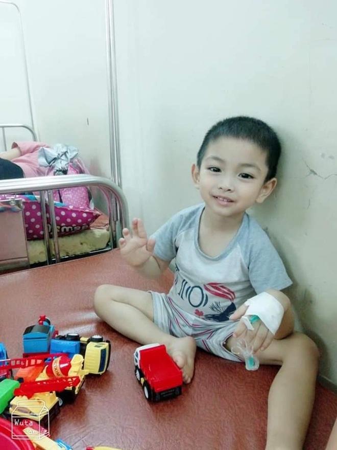 Rơi lệ hình ảnh bố cạo trọc đầu cùng con trai 3 tuổi chống chọi ung thư - 9