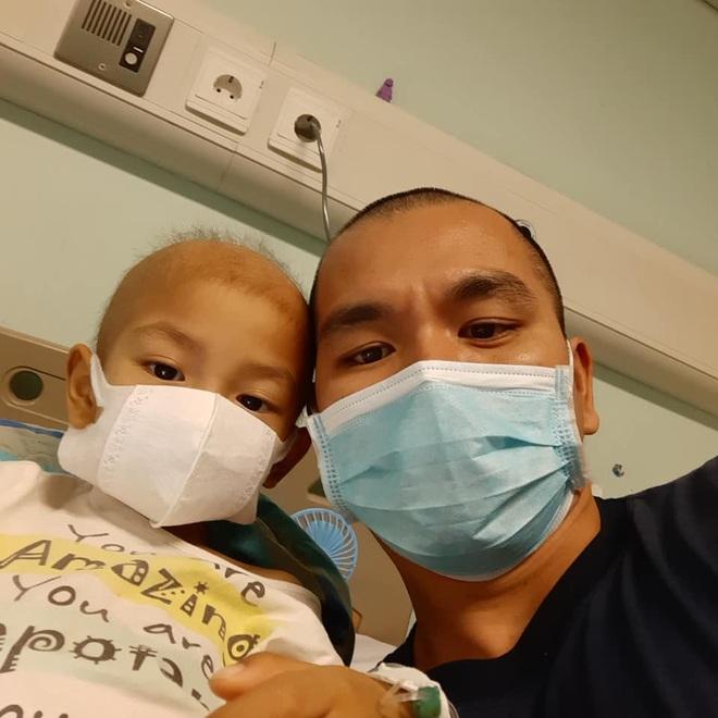 Rơi lệ hình ảnh bố cạo trọc đầu cùng con trai 3 tuổi chống chọi ung thư - 8