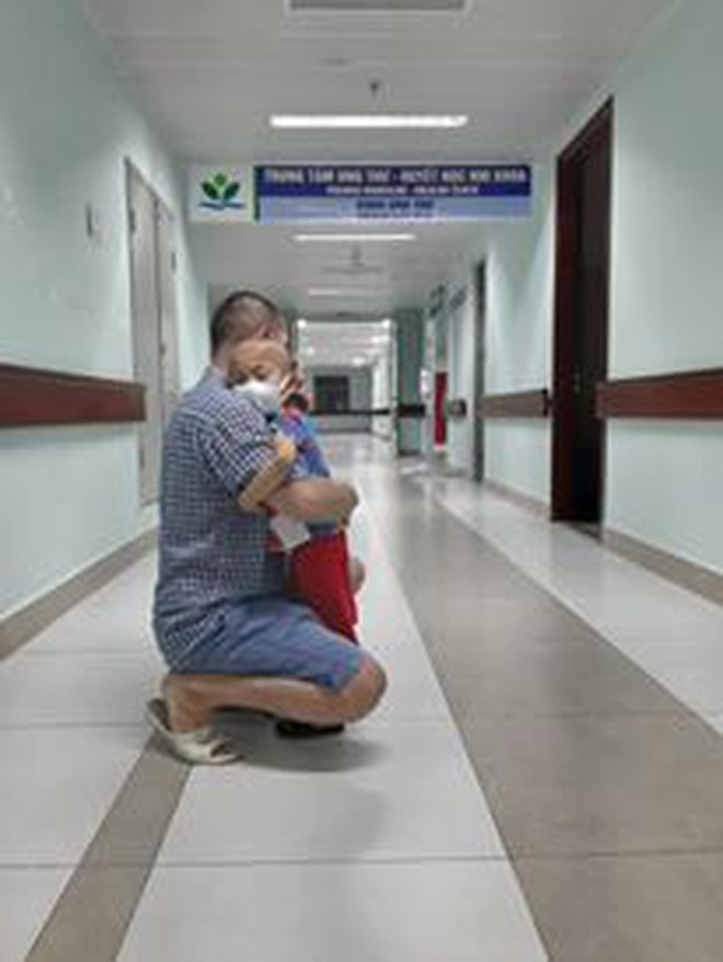 Rơi lệ hình ảnh bố cạo trọc đầu cùng con trai 3 tuổi chống chọi ung thư - 10