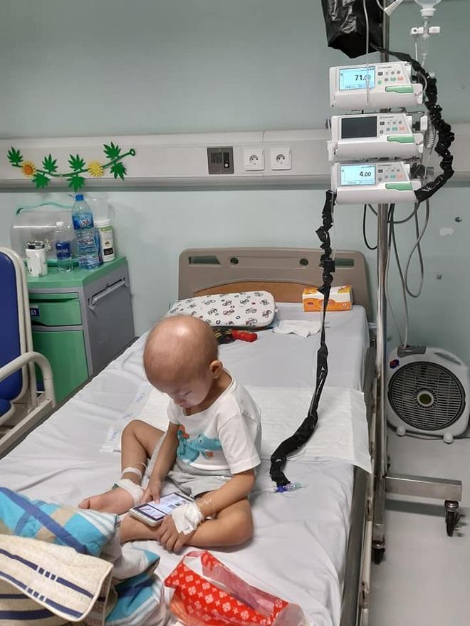 Rơi lệ hình ảnh bố cạo trọc đầu cùng con trai 3 tuổi chống chọi ung thư - 2