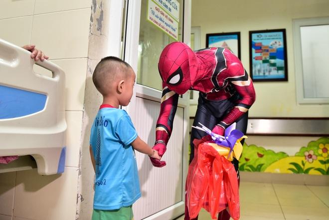 Chàng trai hoá thân thành người nhện đi truyền lửa cho các bệnh nhi ung thư - 3