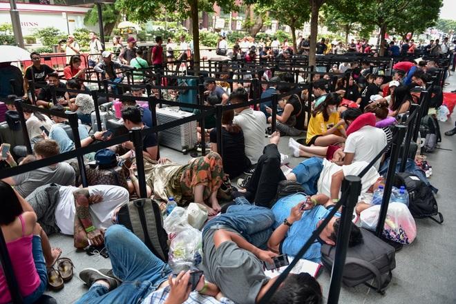Tường thuật từ Singapore: Cả ngàn người ăn chực nằm chờ iPhone 11 - 7