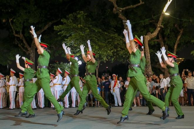 Đội kèn Công an nhân dân biểu diễn quanh Hồ Gươm, rộn ràng phố đi bộ - 14