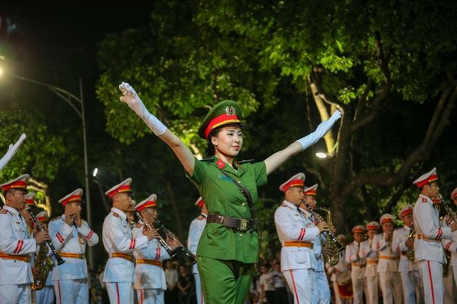 Đội kèn Công an nhân dân biểu diễn quanh Hồ Gươm, rộn ràng phố đi bộ - 15