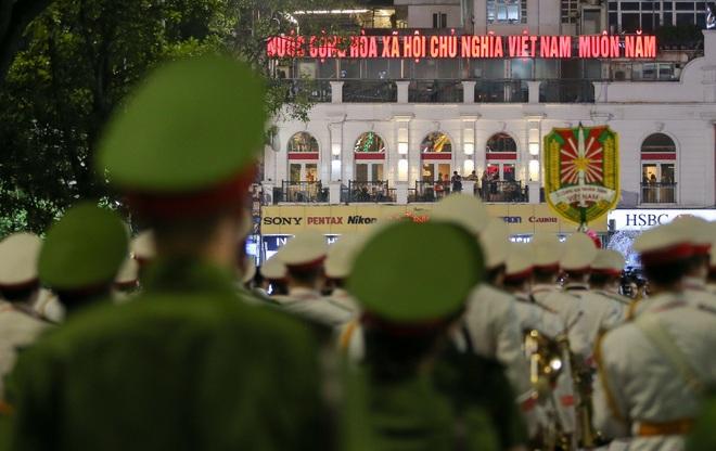 Đội kèn Công an nhân dân biểu diễn quanh Hồ Gươm, rộn ràng phố đi bộ - 16