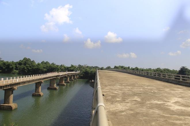 """Nhiều cây cầu tiền tỷ xây dở dang """"ngủ quên"""" giữa nắng mưa - 15"""
