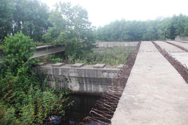 """Nhiều cây cầu tiền tỷ xây dở dang """"ngủ quên"""" giữa nắng mưa - 9"""