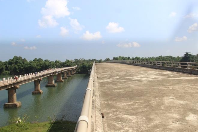 """Nhiều cây cầu tiền tỷ xây dở dang """"ngủ quên"""" giữa nắng mưa - 13"""