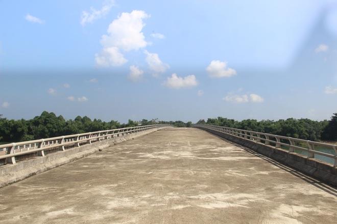 """Nhiều cây cầu tiền tỷ xây dở dang """"ngủ quên"""" giữa nắng mưa - 14"""