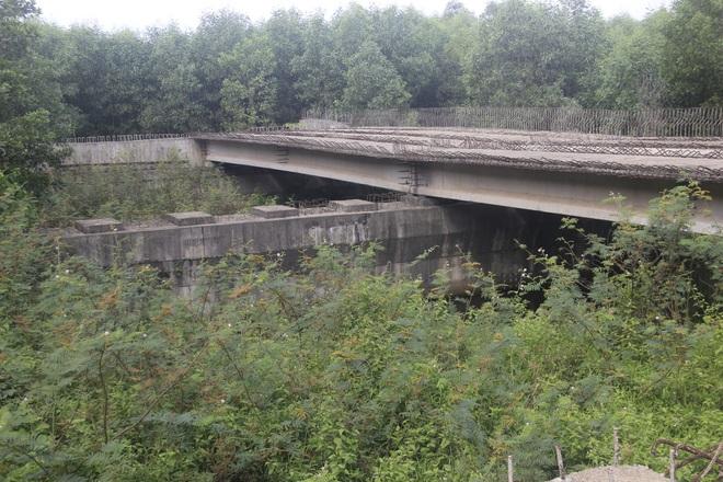 """Nhiều cây cầu tiền tỷ xây dở dang """"ngủ quên"""" giữa nắng mưa - 6"""