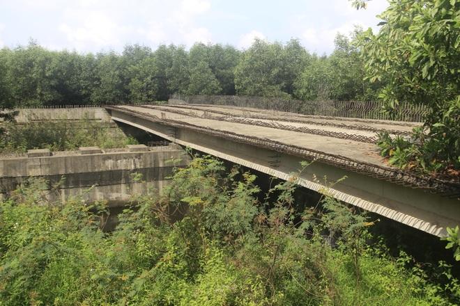 """Nhiều cây cầu tiền tỷ xây dở dang """"ngủ quên"""" giữa nắng mưa - 7"""