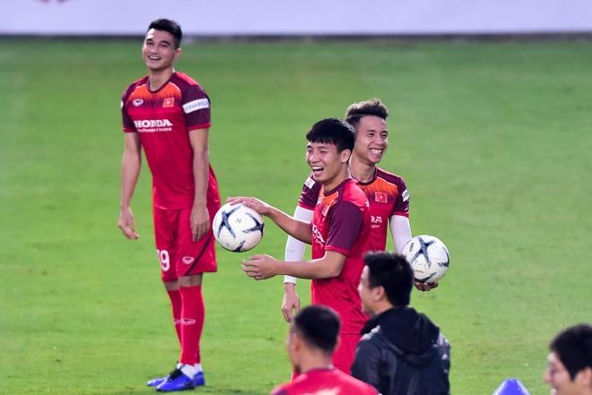 HLV Park Hang Seo hỏi thăm Quang Hải, tự tay kiểm tra vết thương Thành Chung - 12
