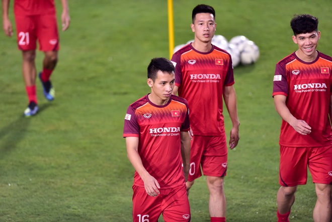 HLV Park Hang Seo hỏi thăm Quang Hải, tự tay kiểm tra vết thương Thành Chung - 3