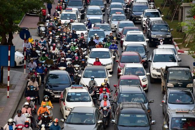Vật vã băng qua nút giao thông rối loạn bậc nhất Hà Nội - 9