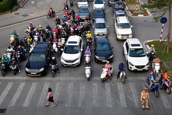 Vật vã băng qua nút giao thông rối loạn bậc nhất Hà Nội - 8