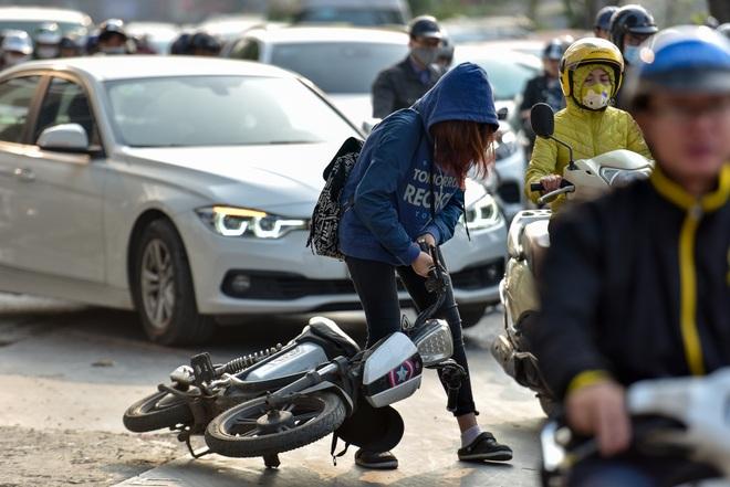 Vật vã băng qua nút giao thông rối loạn bậc nhất Hà Nội - 14