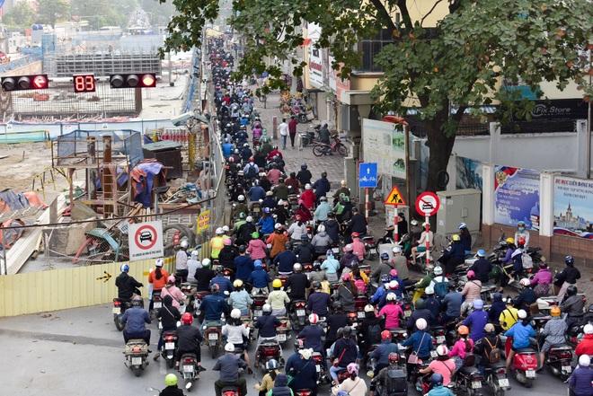 Vật vã băng qua nút giao thông rối loạn bậc nhất Hà Nội - 4