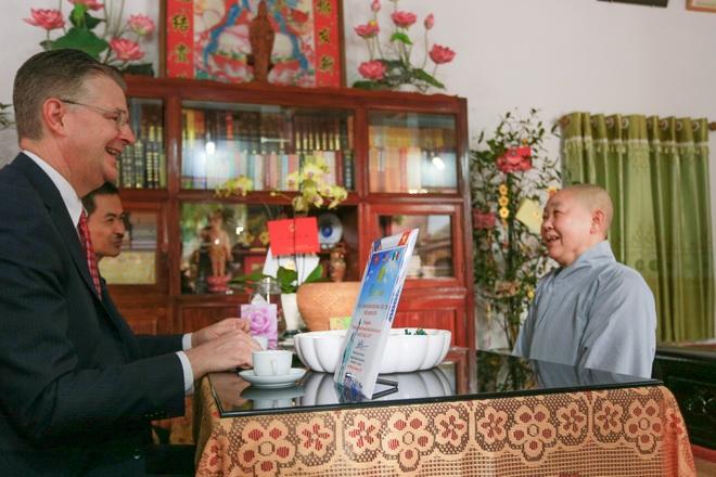 Đại sứ Mỹ thả cá chép, chúc mừng năm mới bằng tiếng Việt - 8