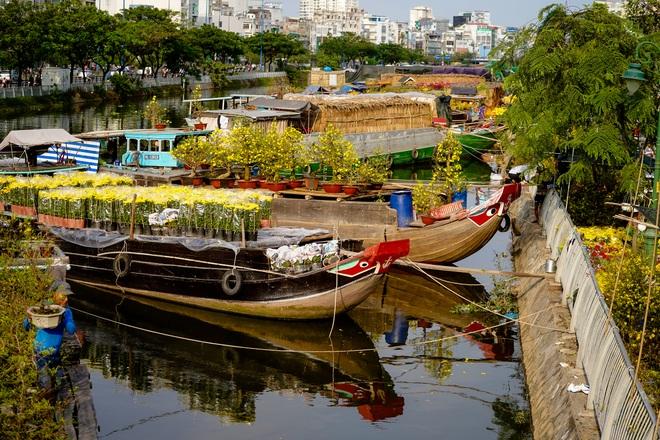 Một lần đi chợ hoa trên bến dưới thuyền độc, lạ nhất Sài Gòn - 17