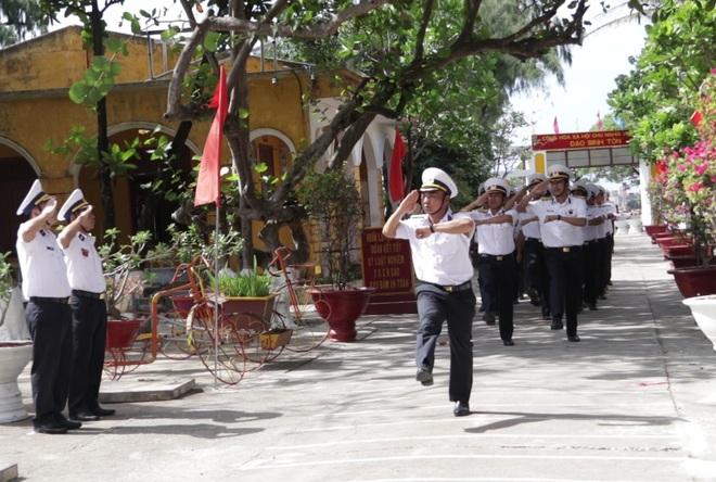 Thiêng liêng lễ chào cờ đầu năm mới tại Trường Sa - 16