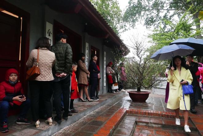 Cảnh lễ đền dưới mưa xuân tuyệt đẹp ở Hà Nội ngày mùng 1 Tết - 7