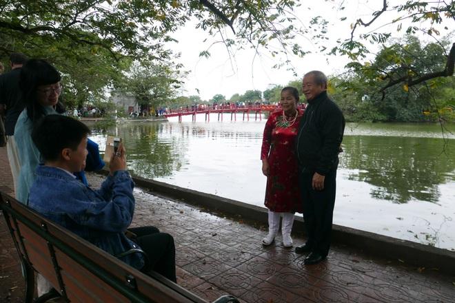 Cảnh lễ đền dưới mưa xuân tuyệt đẹp ở Hà Nội ngày mùng 1 Tết - 21