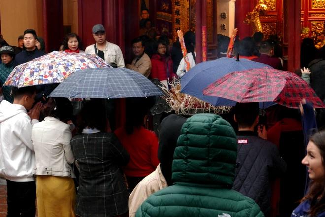 Cảnh lễ đền dưới mưa xuân tuyệt đẹp ở Hà Nội ngày mùng 1 Tết - 9