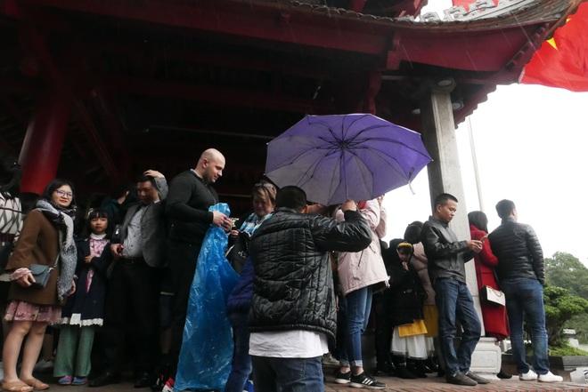 Cảnh lễ đền dưới mưa xuân tuyệt đẹp ở Hà Nội ngày mùng 1 Tết - 8
